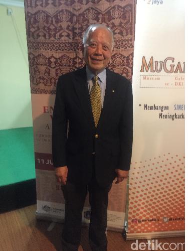Dr. John Yu, kolektor kain tenun dan batik asal Australia. Koleksinya sekarang hampir mencapai seribuan kain.