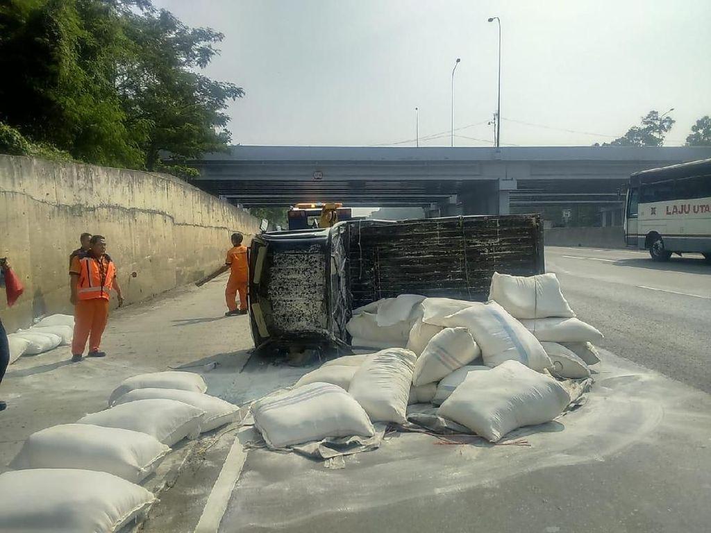 Pikap Muat Beras Terguling di Tol Bogor Arah Jakarta