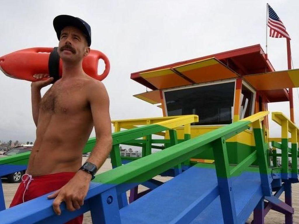Lowongan Kerja Tak Biasa, Jadi Lifeguard di Resort Nudis