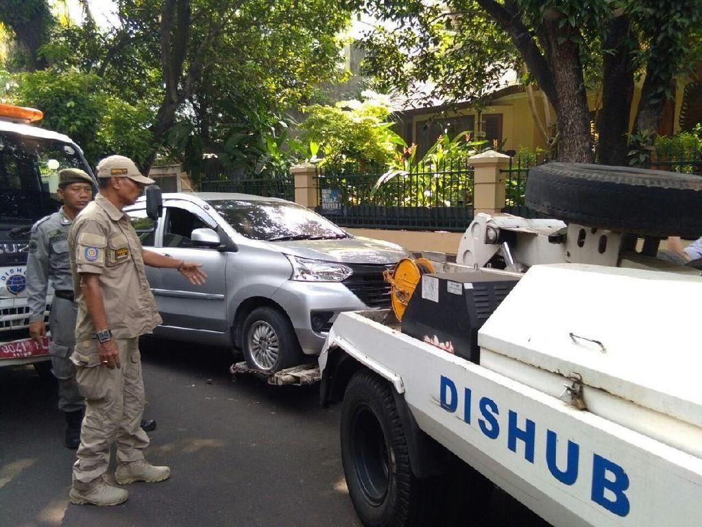 Pria Ini Protes karena Mobilnya Diderek Petugas di Jaksel