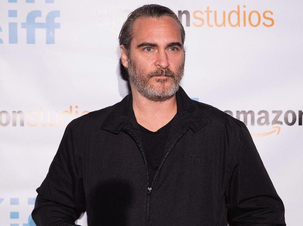 Duh! Joaquin Phoenix Terlibat Kecelakaan dengan Truk Damkar