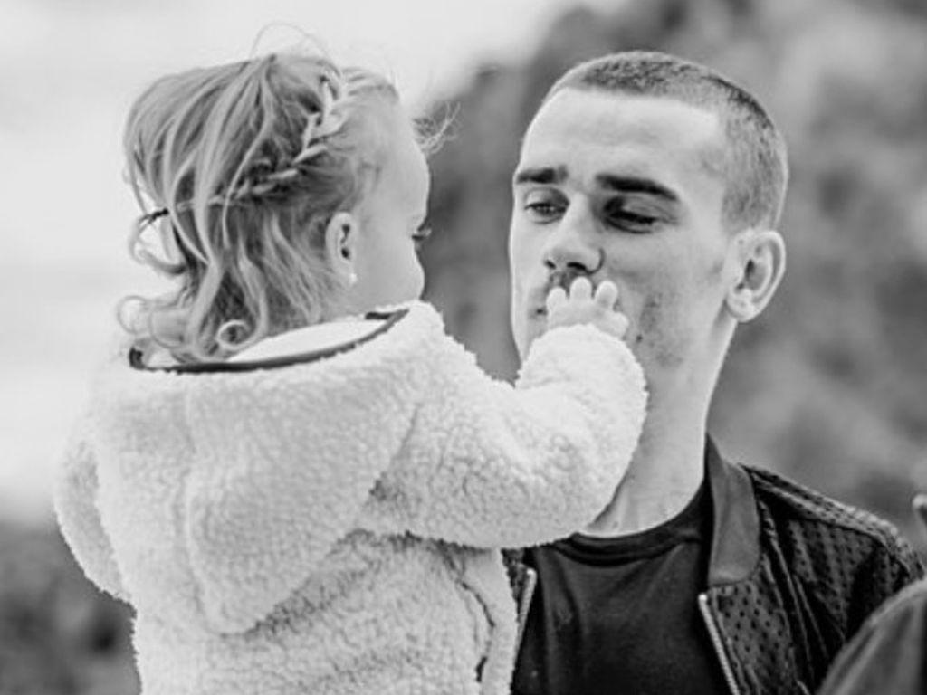 Penyayang Anak, Antoine Griezmann Ayah Idaman Banget