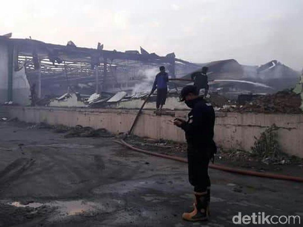 Kebakaran Gudang Tekstil Probolinggo Padam Setelah 8 Jam Berkobar