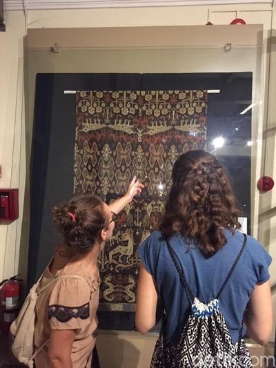 Pengunjung mengamati tenun di ekspo Encounters with Bali: A Collectors Journey di Museum Tekstil Jakarta. (Foto: Daniel Ngantung/Wolipop)