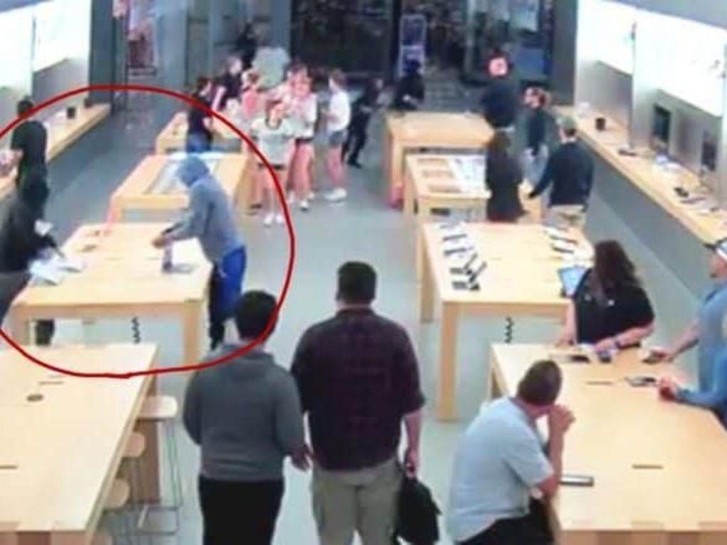 Gerombolan Pria Kenakan Hoodie Rampok Toko Apple