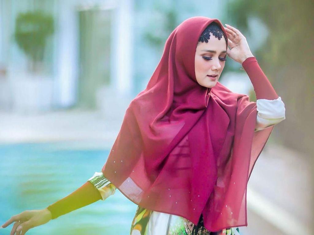 Foto: Adu Gaya Hijab Mulan Jameela dan Maia Estianty, Pilih Siapa?