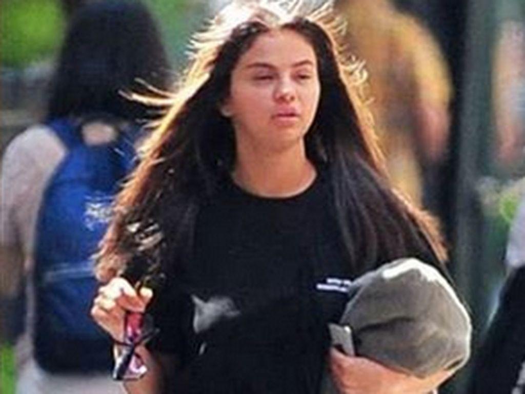 Penampilan Selena Gomez dengan Mata Sembab dan Baju Hitam