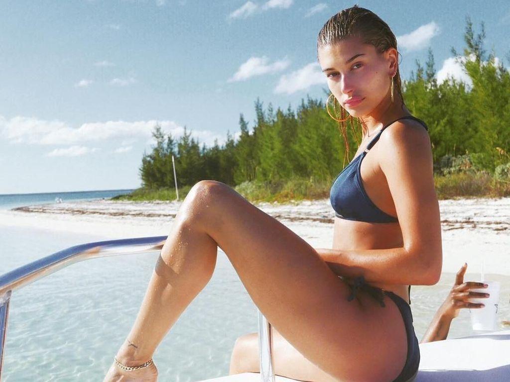 Liburan Si Seksi Hailey Baldwin, Tunangan Justin Bieber