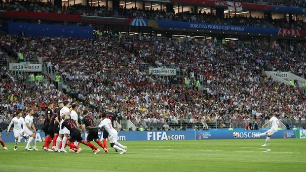 Kieran Trippier melepaskan tendangan bebas yang menggetarkan gawang Kroasia. (REUTERS/Carl Recine)