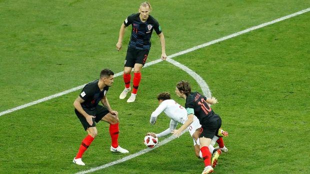 Pelanggaran Luka Modric terhadap Dele Alli.
