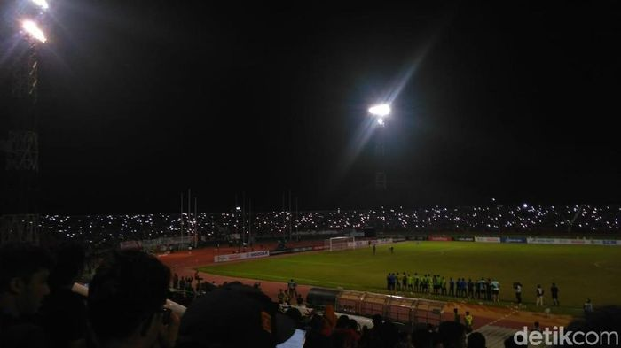Kejadian mati lampu pada pertandingan Indonesia vs Malaysia di Stadion Gelora Delta, Sidoarjo (Foto: Deny Prastyo Utomo)