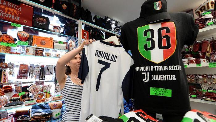 Kostum Juventus dengan nama Ronaldo mulai dijual (Foto: Massimo Pinca/Reuters)