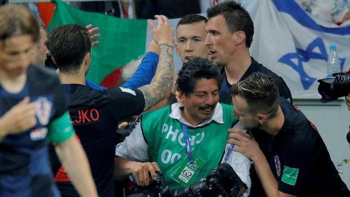 Fotografer AFP Yuri Cortez yang ditiban para pemain Kroasia (Carl Recine/Reuters)