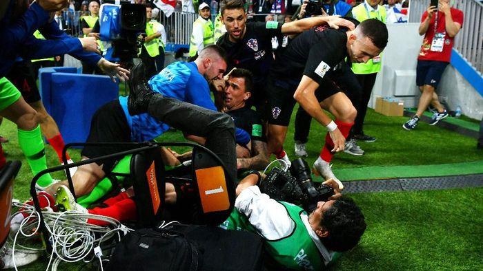 Setelah seri 1-1 sampai waktu normal, Mario Mandzukic mencetak gol kemenangan Kroasia di extra time. Para pemain Kroasia merayakan di pinggir lapangan dan tak sengaja menindih Yuri Cortez, seorang fotografer AFP.Foto: Dan Mullan/Getty Images