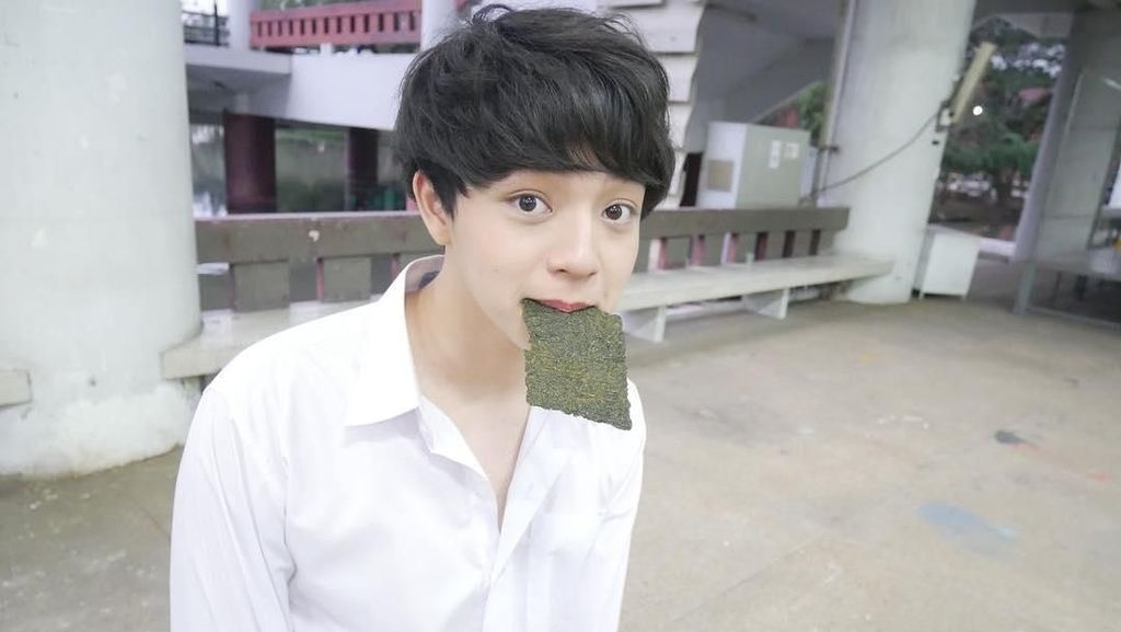 Ganteng dan Imut! Ini Bukti Kalau Suradet, Aktor Muda Thailand Suka Ngemil Nori