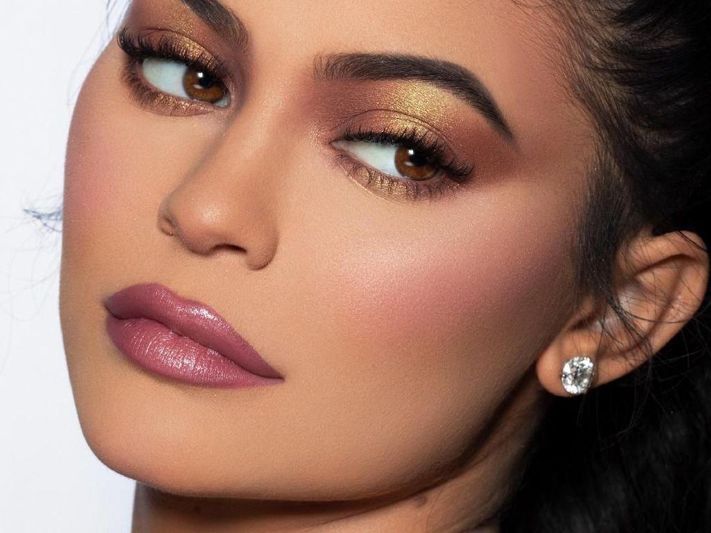 Ini Jadinya Jika Wanita Biasa Makeup Ala Kylie Jenner dengan 37 Langkah