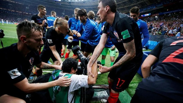 Hebohnya Perayaan Gol Mandzukic, Sampai Tindih Seorang Fotografer