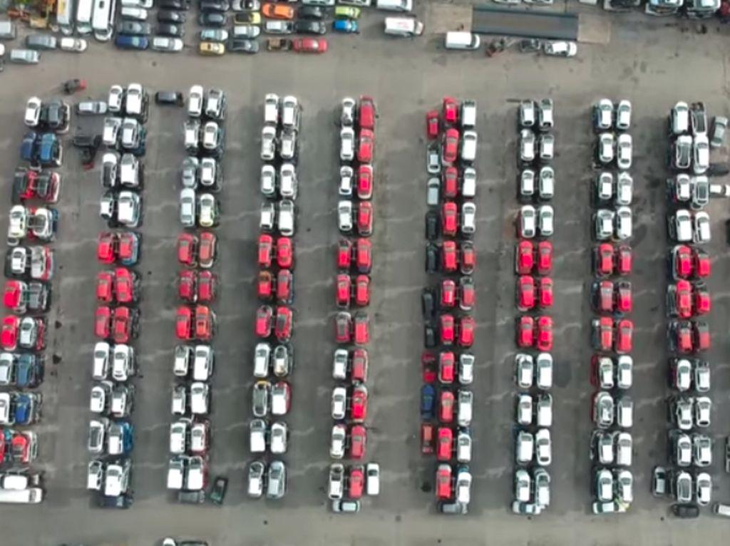 Mobil Bekas Berbaris Bentuk Bendera Inggris, Sayangnya Kalah