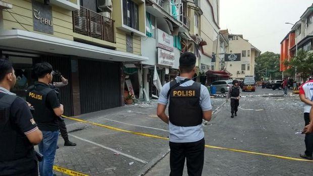 Polisi pasang garis polisi untuk sterilisasi lokasi ledakan