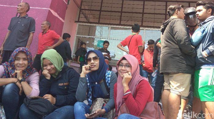 Penonton yang tak mendapatkan tiket semifinal Piala AFF U-19 antara Indonesia dengan Malaysia kecewa berat. (Suparno/detikSport)