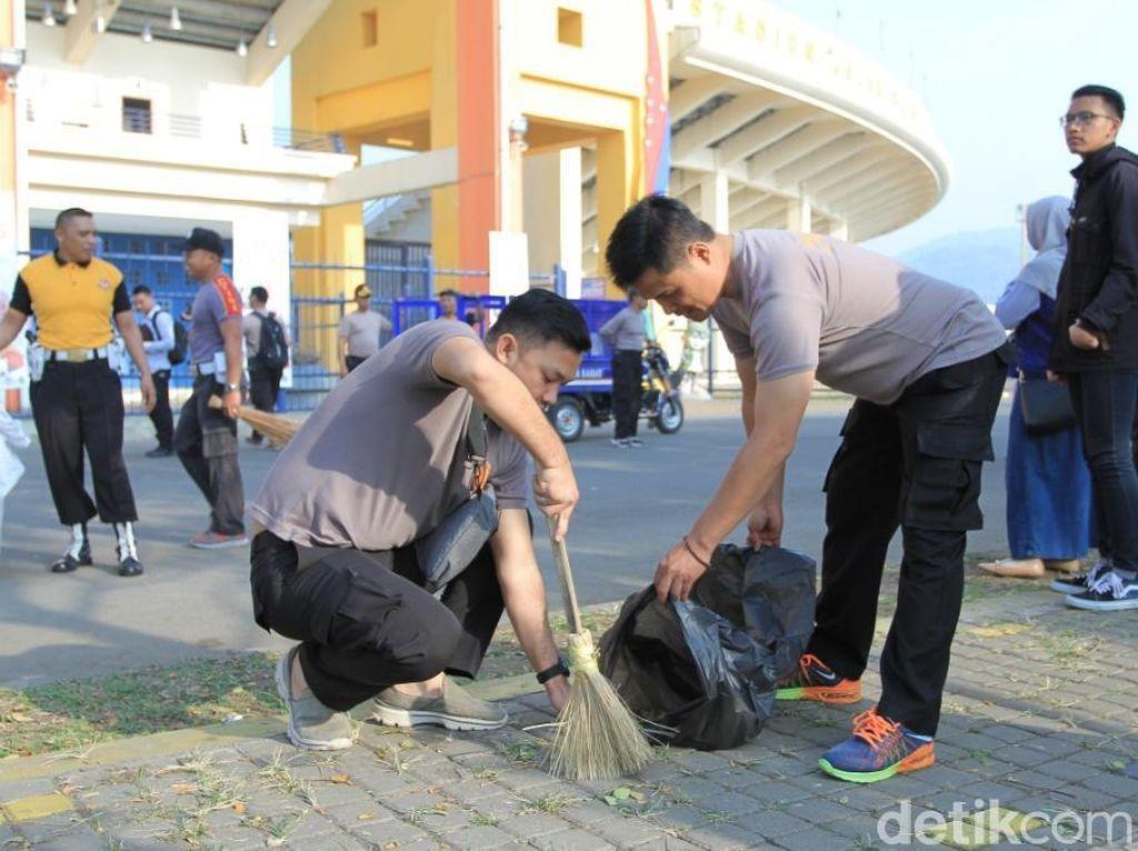 Jelang Asian Games, Seribuan Orang Bersihkan Si Jalak Harupat