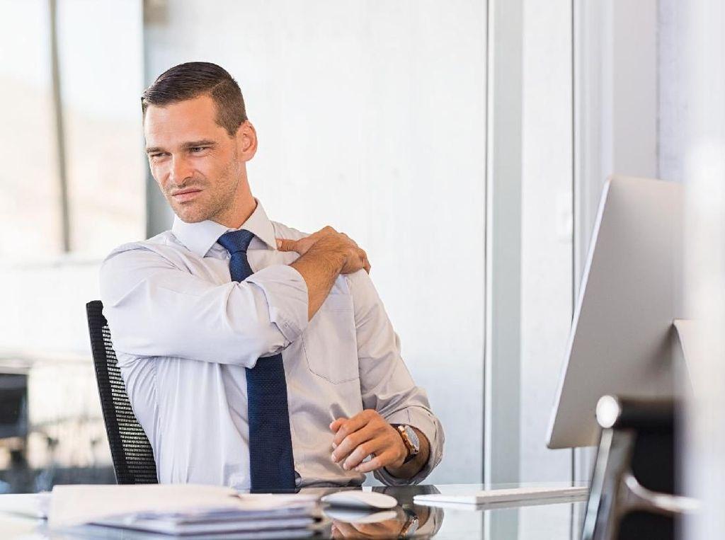 Nyeri Bahu Karena Kelamaan Duduk di Kantor? Lakukan 4 Hal Ini untuk Meredakannya