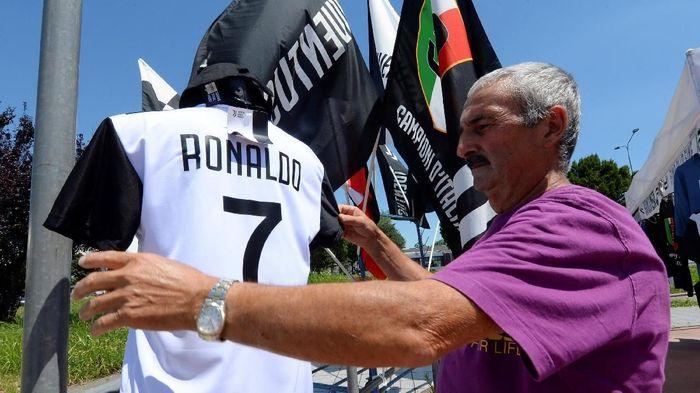 Cristiano Ronaldo tiba di Turin untuk menuntaskan transfernya ke Juventus (Massimo Pinca/Reuters)