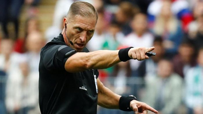 Nestor Pitana akan menjadi wasit final Piala Dunia 2018 (Foto: Kai Pfaffenbach/Reuters)