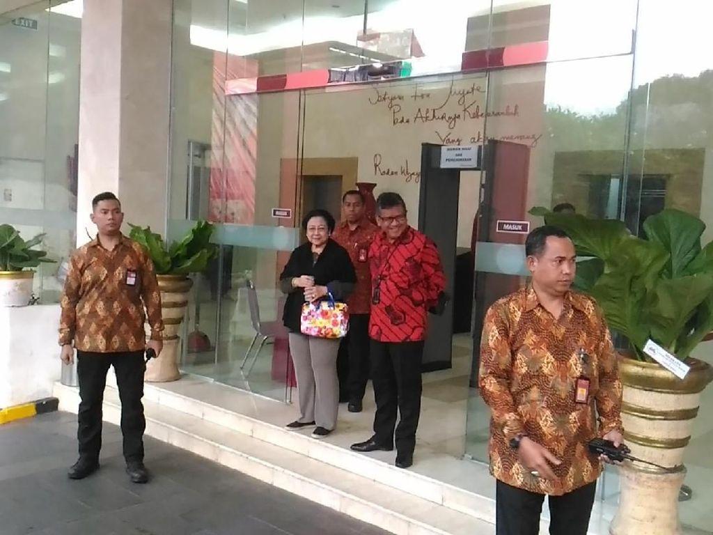 Megawati Tersenyum Usai Dengar Laporan Kunjungan Elite Demokrat