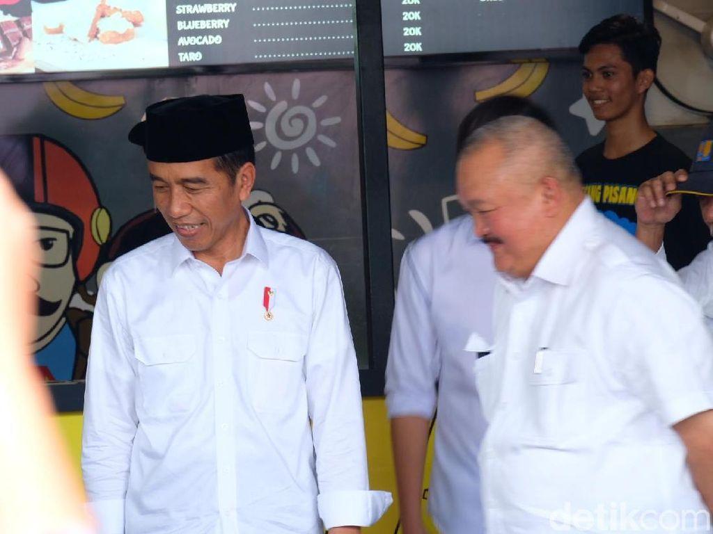 Usai Jumatan, Jokowi Mampir ke Sang Pisang Kaesang di Palembang