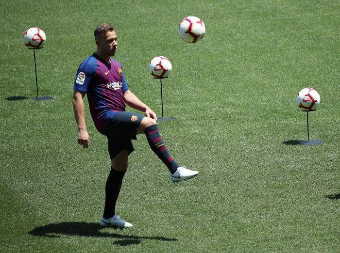 Pemain Barcelona, Arthur. (Foto: Albert Gea/Reuters)