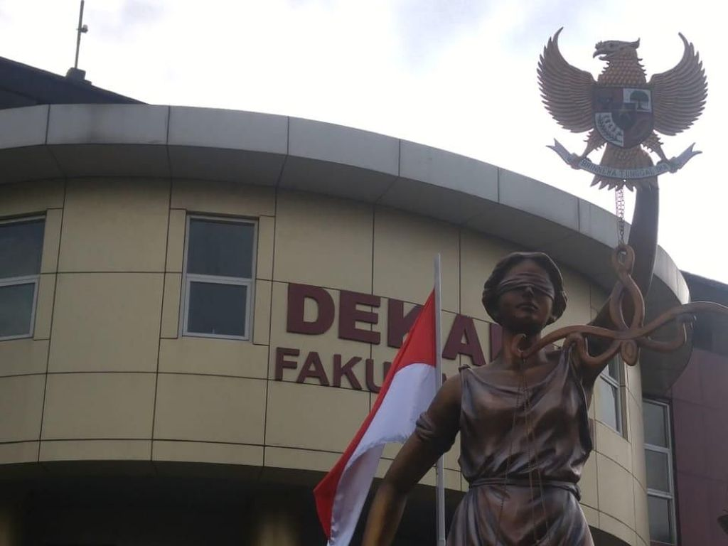 Tak Genggam Timbangan, Dewi Keadilan di Semarang Pegang Pancasila
