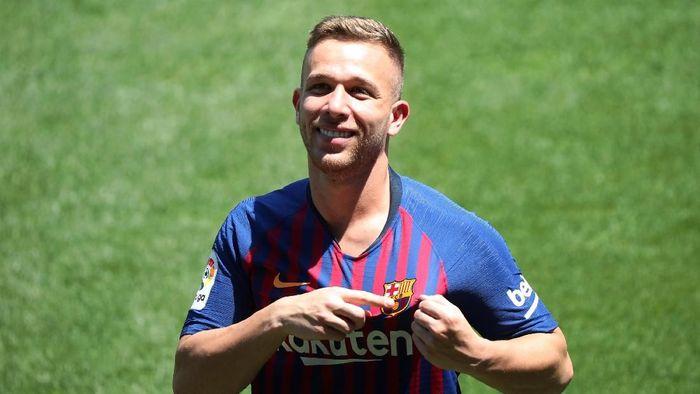 Gelandang baru Barcelona, Arthur, disebut punya gaya bermain mirip Xavi Hernandez dan Andres Iniesta. (Foto: Albert Gea/Reuters)