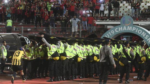 Timnas Malaysia U-19 mendapat perlakuan buruk dari suporter Indonesia di Sidoarjo.