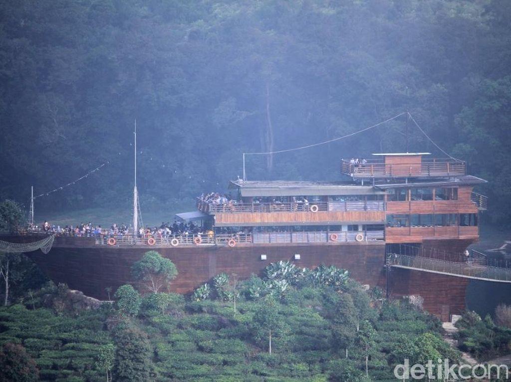 Foto: Kapal Raksasa Terdampar di Situ Patenggang