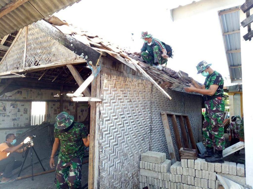 Foto: Aksi TNI Renovasi Rumah Lalu M Zohri