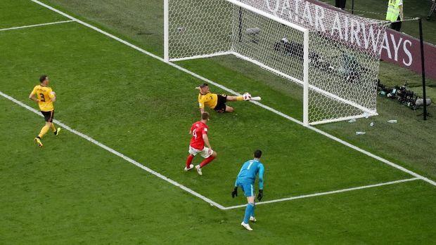 Peluang gol Eric Dier dimentahkan Toby Alderweireld.