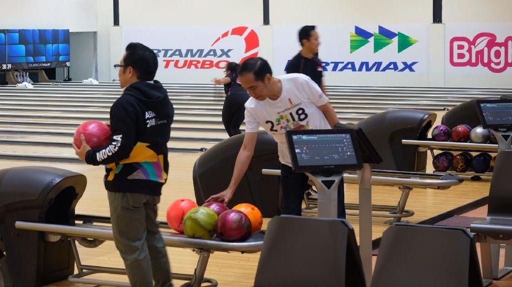Jokowi dan Cak Imin Main Bowling Bareng di Jakabaring