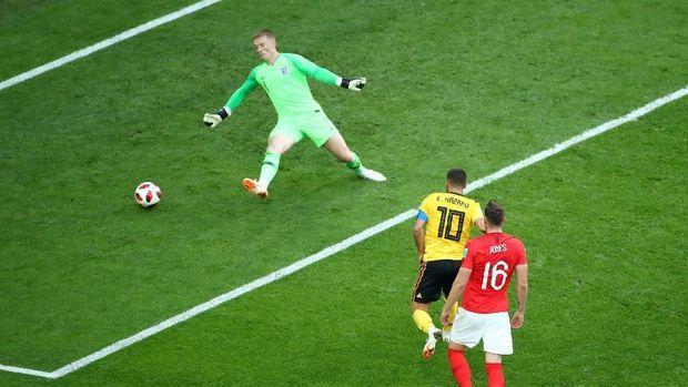 Eden Hazard sukses mengecoh Jordan Pickford untuk membobol gawang Inggris.