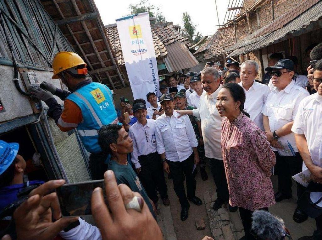Aksi Rini Pasang Lampu Rumah Warga di Serang