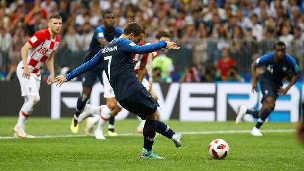 Antoine Griezmann sukses mengeksekusi penalti ke gawang Kroasia. (