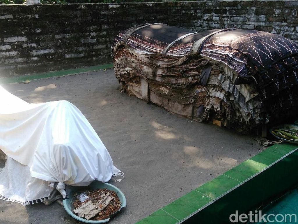 Foto: Makam Unik yang Punya Tumpukan Batik di Kebumen