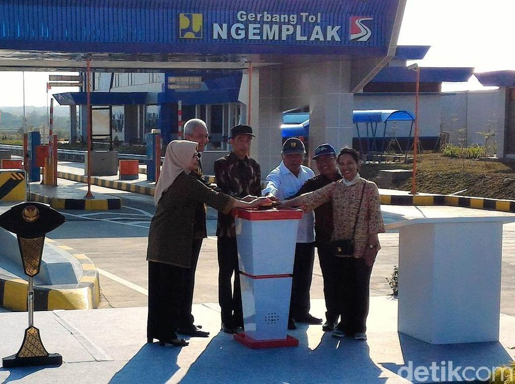 Pakai Batik, Jokowi Resmikan Tol Kartasura-Sragen