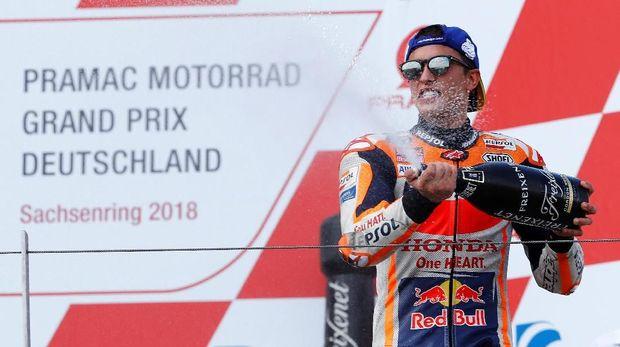Marc Marquez menyenggol Valentino Rossi hingga terjatuh di MotoGP Argentina.