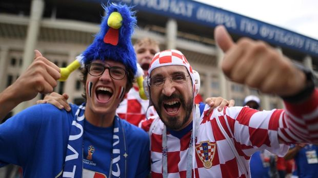 A France's and Croatia's supporter pose ahead of the Russia 2018 World Cup final football match between France and Croatia at the Luzhniki Stadium in Moscow on July 15, 2018. / AFP PHOTO / Kirill KUDRYAVTSEV