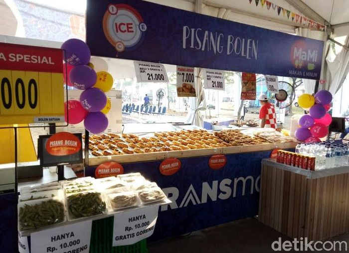 Banyak pilihan makanan di booth Transmart Carrefour, mulai dari pizza, burger, hingga pisang bolen.
