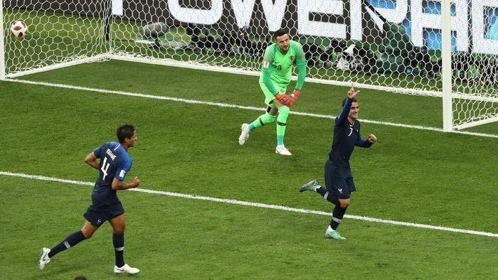 Prancis unggul 2-1 atas Kroasia di babak pertama final Piala Dunia 2018 (Foto: Ryan Pierse/Getty Images)