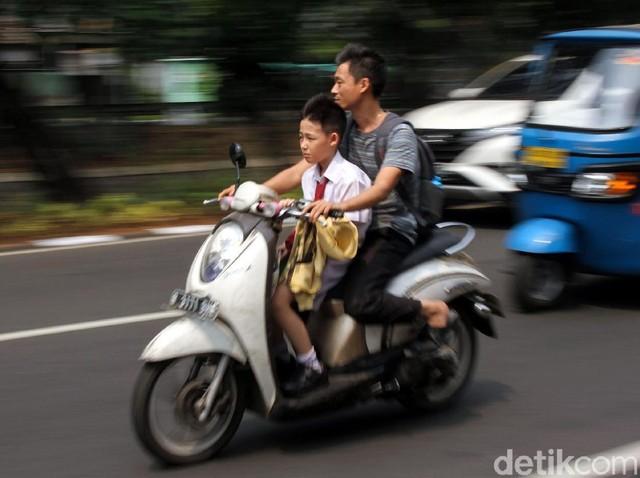 Aksi Berbahaya Dijalanan Saat Hari Pertama Masuk Sekolah