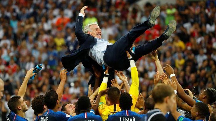 Didier Deschamps menyamai rekor Mario Zagallo dan Franz Beckenbauer (Foto: Kai Pfaffenbach/Reuters)