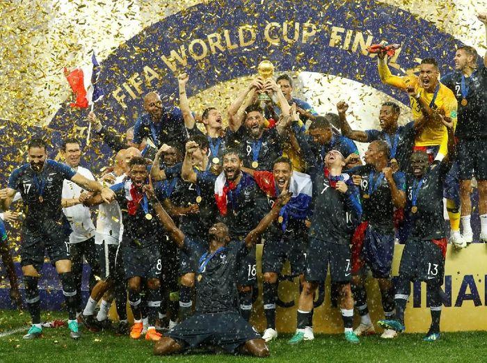 Di bawah ritik hujan, pemain Prancis merayakan keberhasilan jadi juara Piala Dunia 2018 sudai mengalahkan Kroasia (Reuters)